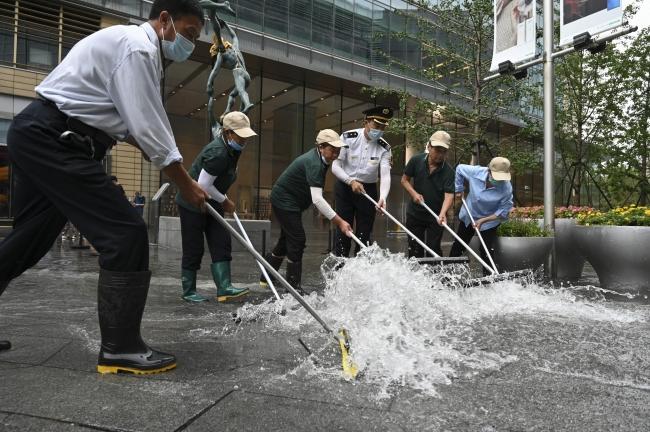Çin'de şiddetli sağanak: Arabalar suda yüzdü