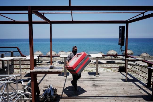 Bir restoran çalışanı, fırtına öncesi tedbir alıyor. Havana, Küba. | Fotoğraf: Reuters