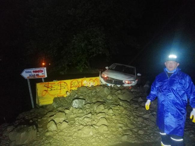 Tekirdağ'da kayaların kapattığı yol yeniden açıldı