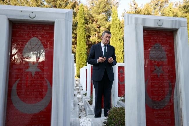 Bakan Selçuk, Çanakkale Şehitler Abidesi'ni ziyaret etti