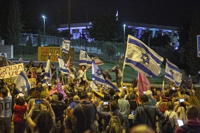 Netanyahu karşıtları İsrail meclisi önünde kutlama yaptı