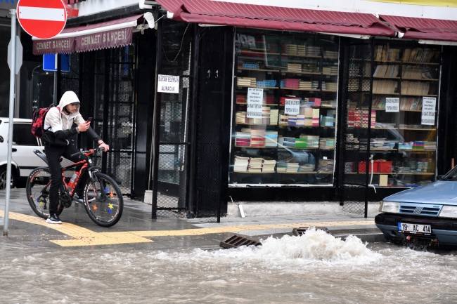 Çorum'da sağanak: Bazı ev ve iş yerlerini su bastı