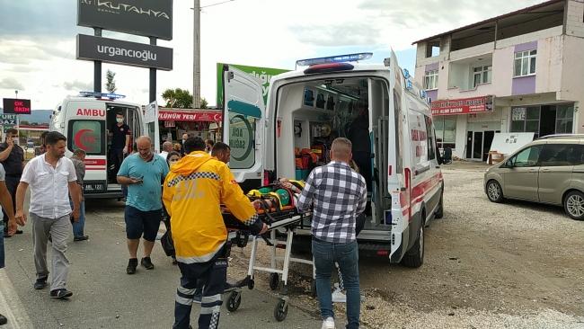 Sakarya'da otomobil tıra arkadan çarptı: 5 yaralı