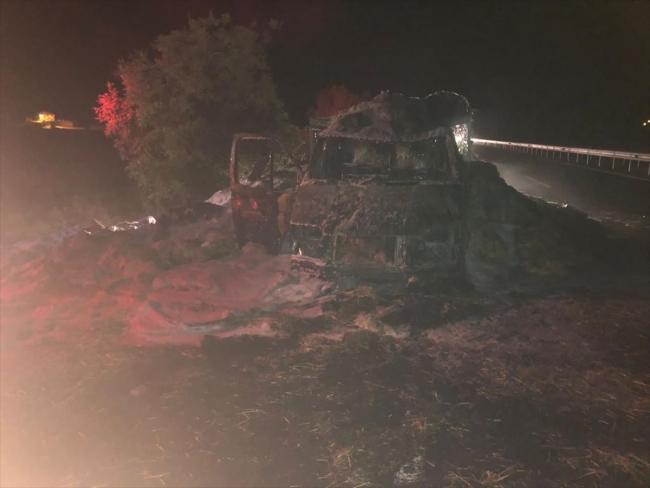 Uşak'ta seyir halindeyken alev alan saman yüklü kamyonet yandı