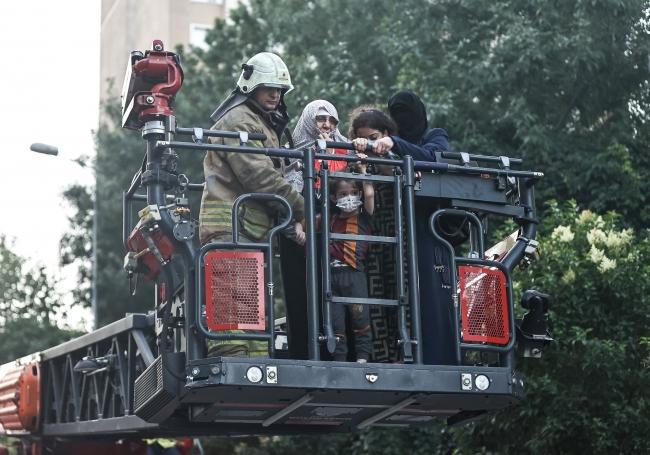 İstanbul'da bina yangını: Mahsur kalan 8 kişi kurtarıldı