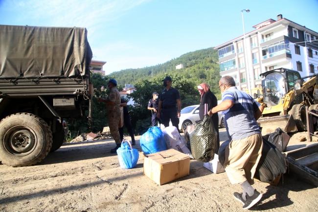 Mehmetçik afet bölgesinde yaraları sarmaya yardım ediyor