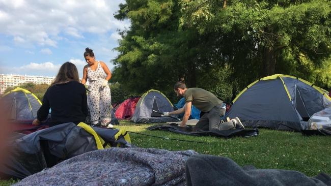 Paris Valiliği önünde çadır kuran evsizler tahliye edildi