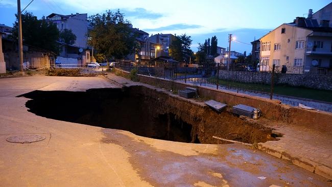 Sivas'ta yol çöktü, 22 metre derinliğinde çukur oluştu