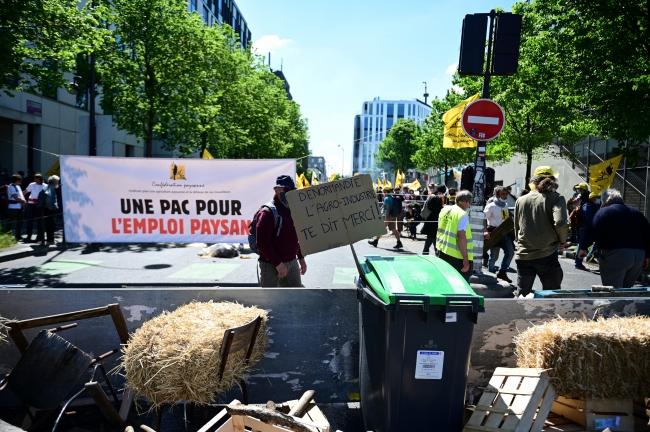 Fransa'da çiftçiler İş ve İşçi Bulma Kurumunu işgal etti