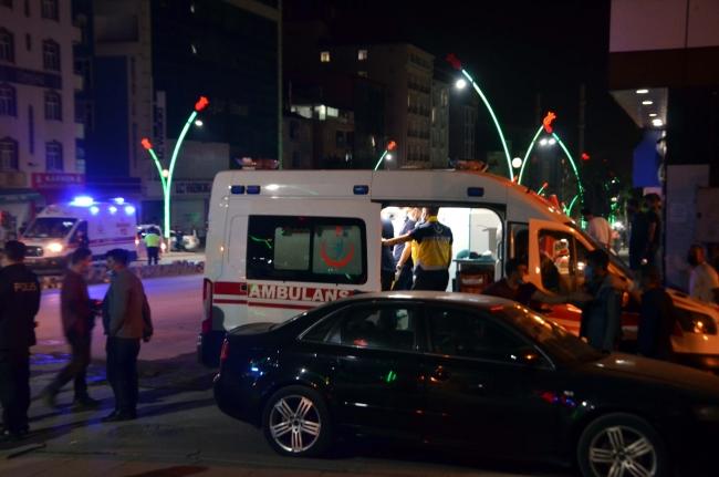 Trafiği kapatıp çevredekilere saldıran kişiyi polis ikna etti