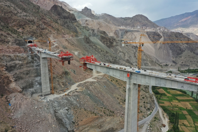 Yusufeli Barajı'na bağlı yolların yüzde 85'i tamamlandı