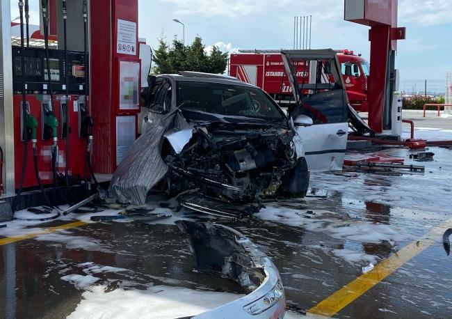 Kontrolden çıkan otomobil akaryakıt istasyonunun pompasına çarptı