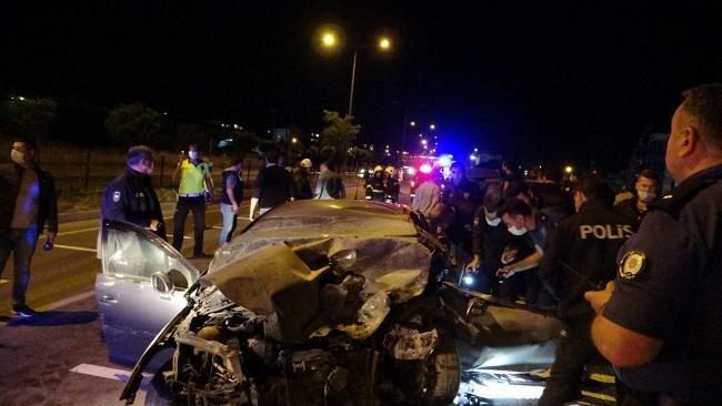 Ters yöne giren otomobil sivil ekip aracıyla çarpıştı