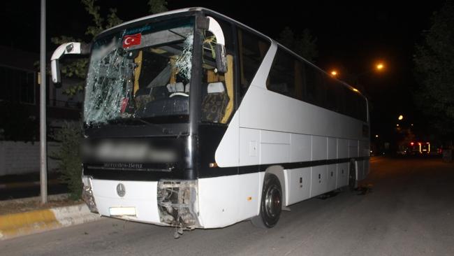 İşçileri taşıyan otobüs refüje çıktı: 2 yaralı