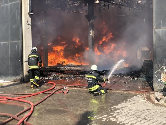Geri dönüşüm fabrikasında çıkan yangın kontrol altında