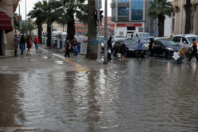 İzmir'de etkili olan sağanak su baskınlarına neden oldu