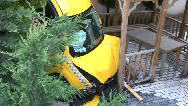 Otomobilin çarptığı taksi site bahçesine uçtu: 1 yaralı