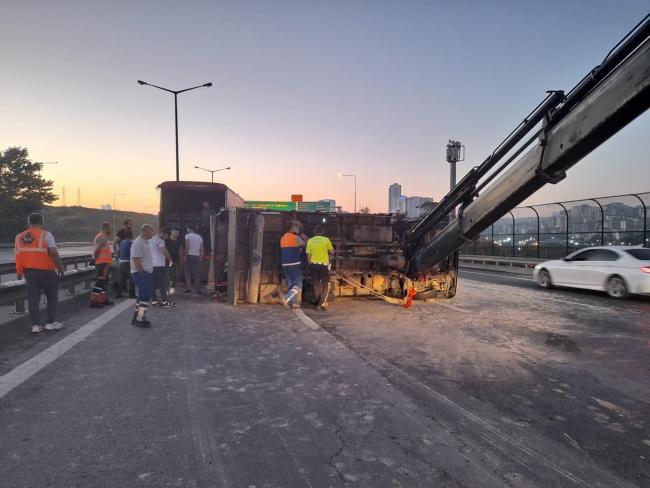Domates yüklü kamyonet devrildi: 3 yaralı