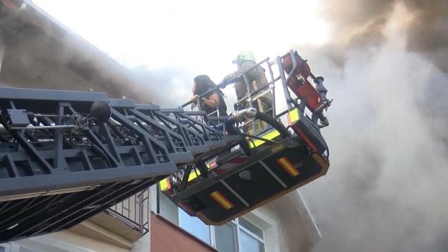 Beyoğlu'nda 5 katlı binada yangın