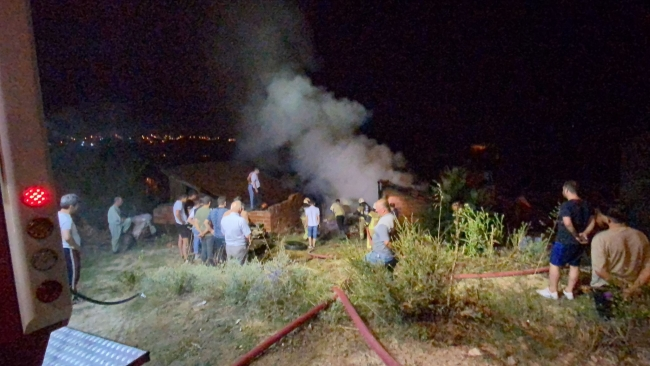 Bursa'da depo yangını: Tonlarca saman kül oldu