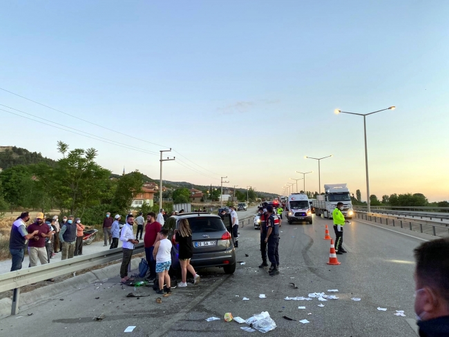 Yol kenarındaki otomobile başka otomobil çarptı: 6 yaralı