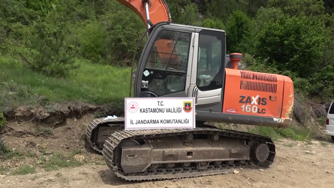 11 people caught red-handed in illegal excavation operation