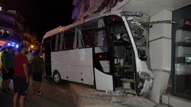 İzmir'de işçi servisi mağazaya girdi: 12 yaralı
