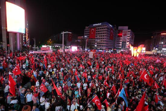 Meydanlarda 'demokrasi nöbeti' sürüyor