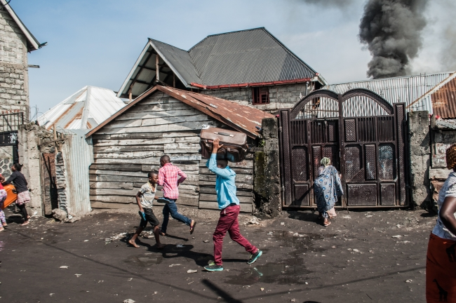 Demokratik Kongo Cumhuriyeti'nde bir uçak evlerin üzerine düştü. Fotoğraf: AFP