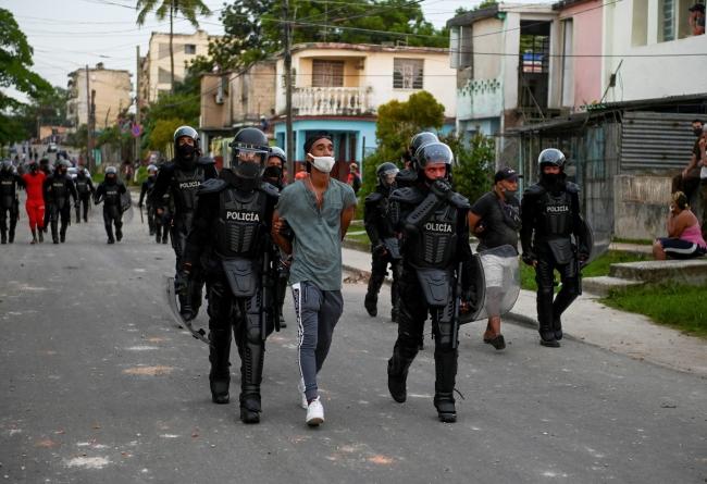 Küba'nın başkenti Havana'da gözaltına alınan bir gösterici. Fotoğraf: AFP