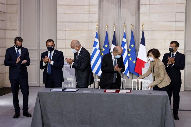 Yunanistan Başbakanı Miçotakis ile Fransa Cumhurbaşkanı Emmanuel Macron Elysee Sarayı'nda silah anlaşması için bir arada. Fotoğraf: AFP