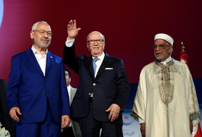 Nahda Hareketi lideri Raşid el-Gannuşi (solda), Tunus'un vefat eden Cumhurbaşkanı Baci Kaid es-Sibsi (ortada) ve Nahda Partisi Başkan Yardımcısı Abdulfettah Muro(sağda) bir arada, 2016. Fotoğraf: AFP