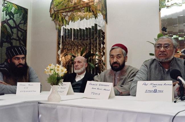 Nahda Hareketi lideri Raşid el-Gannuşi, Pakistan Camaat-i İslami lideri Hurşid Ahmed ile birlikte. İslamabad, 1991. Fotoğraf: AFP