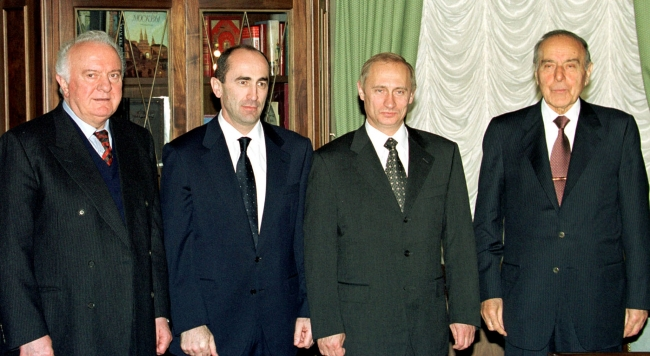 Rus lider Vladimir Putin, eski Azerbaycan Cumhurbaşkanı Haydar Aliyev ve eski Ermenistan Devlet Başkanı Robert Koçaryan ile... Fotoğraf: Reuters / Arşiv
