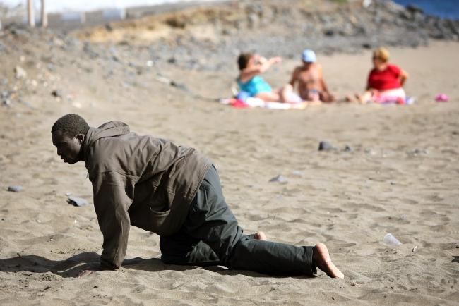 İspanya'nın Kanarya Adalarına ulaşan bir göçmen. Fotoğraf: Reuters