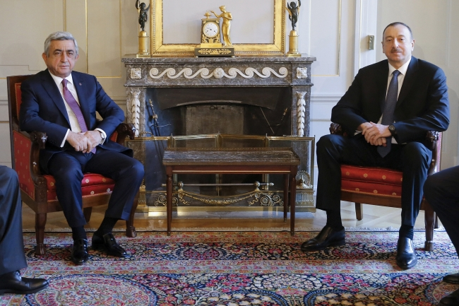 Azerbaycan Devlet Başkanı İlham Aliyev ile eski Ermenistan Devlet Başkanı Serj Sarkisyan.. Fotoğraf: Reuters