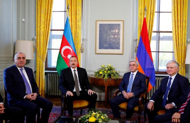 Azerbaycan Devlet Başkanı İlham Aliyev ile eski Ermenistan Devlet Başkanı Serj Sarkisyan. Fotoğraf: Reuters / Arşiv