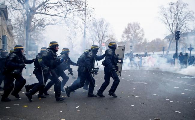 Fransız polisi protestoculara müdahale ediyor. 5 Aralık 2019, Paris | Fotoğraf: Reuters