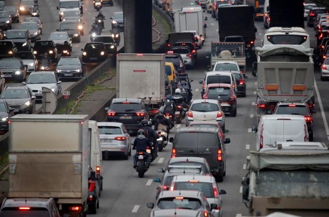 Fransa'da vatandaşlar, grev nedeniyle toplu taşıma yerine özel araçlarını kullanmak zorunda kaldı. Fotoğraf: Reuters