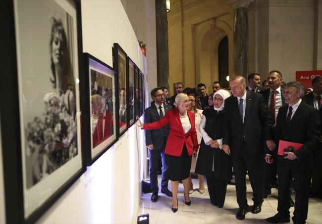Cumhurbaşkanı Erdoğan, sergiyi gezdi ve eserlerle ilgili bilgi aldı. Fotoğraf: AA