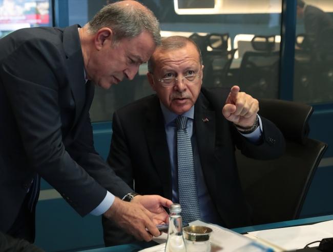 Cumhurbaşkanı Erdoğan, Milli Savunma Bakanı Hulusi Akar'dan bilgi alıyor. Fotoğraf: AA