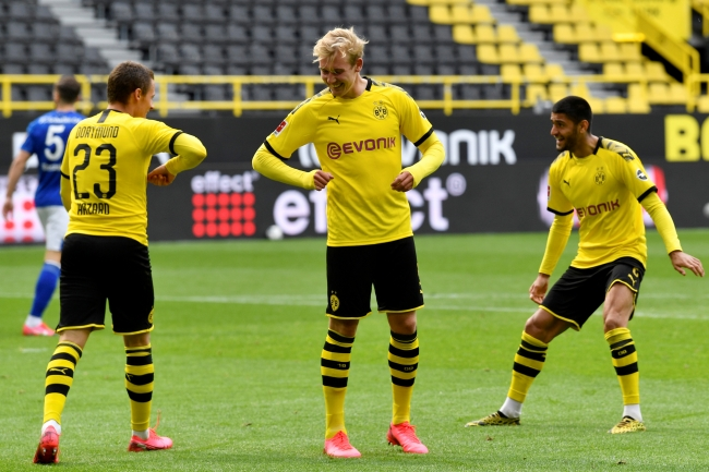 Fotoğraf: Reuters Borussia Dortmund-Schalke 04 maçında, Dortmund'un üçüncü golünü atan Thorgan sosyal mesafeyi koruyarak gol sevincini takım arkadaşıyla kutladı.