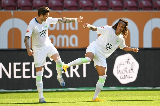Fotoğraf: Reuters Augsburg-Wolfsburg maçında Daniel Ginczek ve Kevin Mbabu koronavirüs salgını sonrası sosyal mesafelerin koruyarak gol sevinci yaşadı.