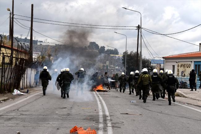 Yunanistan'dan göçmenlere gaz ve ses bombasıyla müdahale ile ilgili görsel sonucu