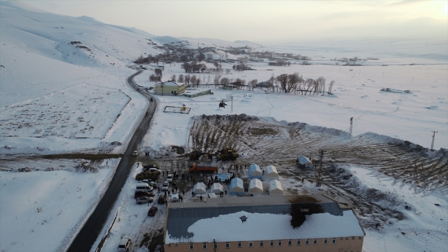 Van'ın Başkale ilçesine bağlı mahallelerde ekipler, çadırların kurulumunu yapıyor.  Fotoğraf: AA