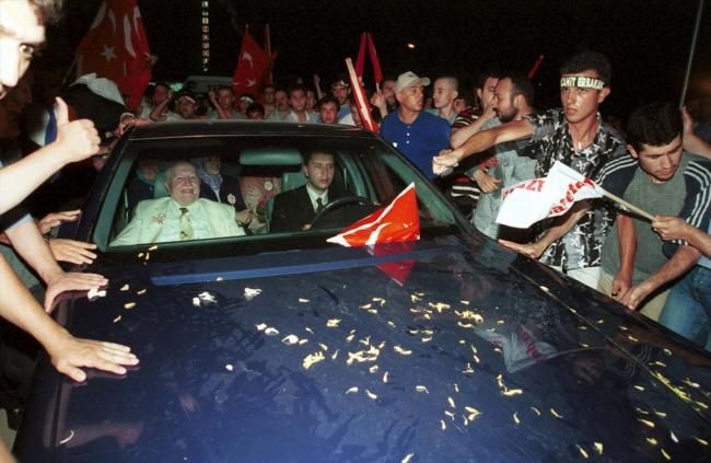 [İzmir, 15 Temmuz 2001 - Fotoğraf: AA]