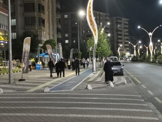Depremin ardından Malatya'daki bazı vatandaşlar sokağa çıktı / Fotoğraf: AA
