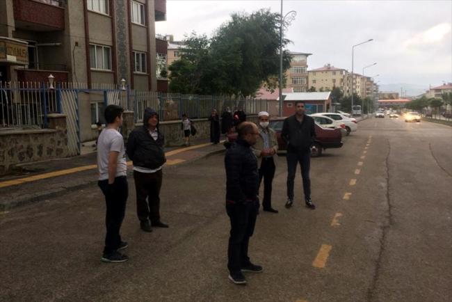 Depremin hissedildiği Erzurum'da bazı vatandaşlar sokaklara çıktı.