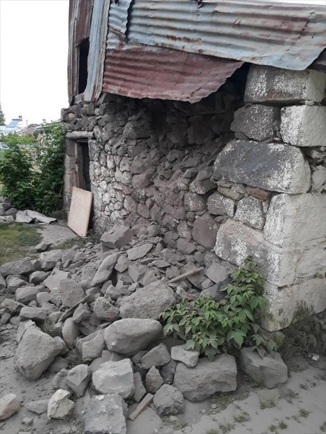 Erzurum'un Çat ilçesinde de hissedilen 5,7 büyüklüğündeki depremde, bazı yapılarda hasar oluştu.