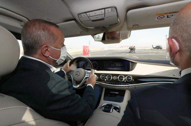 . Cumhurbaşkanı Erdoğan, açılışını yaptığı otoyolda bir süre makam aracını kullandı. / Fotoğraf: AA
